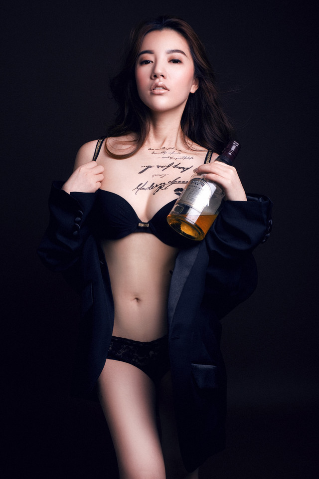 纹身性感美女的高清手机壁纸图片