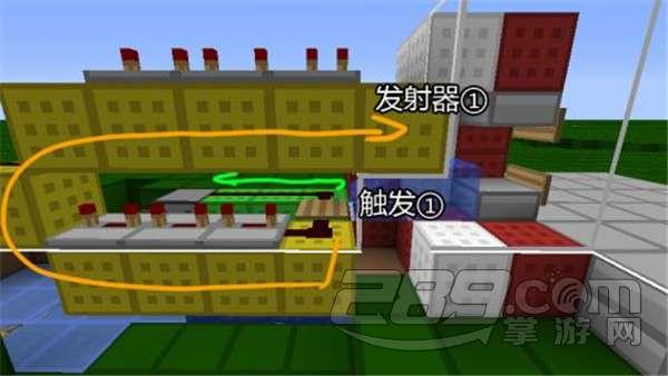 """小编非常喜欢自动售货机可以投币出货的这个设定,并且在经过压缩简化后,自动售货机的电路非常简单易学。虽然晚上有很多红石电路贩卖机的教程,但是大多数都比较繁琐,因此小编在这里给大家分享这个进阶玩家必须知道的红石电路贩卖机制作方法。 这个自动售货机的有点在于电路占地小,稳定性高;缺点也很明显,店主难以回收所赚取的货币,而且一个货币只能对应一个物品。 下面是这个红石电路自动售货机的侧面剖图,发射器中装贩卖的商品,发射器中装""""货币""""。当物品进如贩卖机,绿色箭头就是物品的路线。物品首先会激"""
