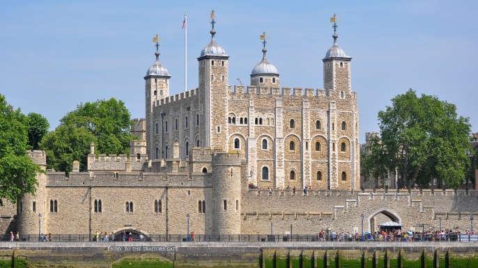 由于参加1715年的James二世叛乱后,身为天主教贵族同时也是Nithsdale第五代伯爵的William Maxwell被关进了伦敦塔。被宣判犯了叛国罪的他面临着死刑,次年,他的妻子伙同一些女性朋友展开了营救活动。她们把 Maxwell打扮成女人的样子,混在其中逃了出来,后来夫妻二人分别成功逃出英国,在罗马重逢。 用假枪越狱的抢劫犯